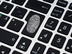 Схематичное изображение: отпечаток пальца на клавиатуре