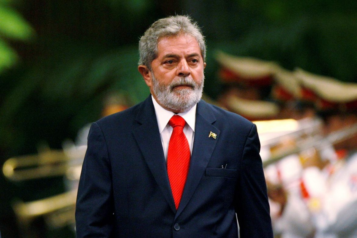Brazil's President Luiz Inacio Lula da Silva reviews the honor guard during a reception ceremony at Havana's Revolution Palace January 15, 2008.