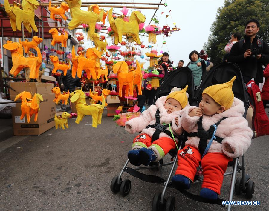 Children are attracted by lanterns at a lantern market in Nanjing, capital of east China's Jiangsu Province, Feb. 25, 2018. People buy colorful lanterns to greet the upcoming Lantern Festival.