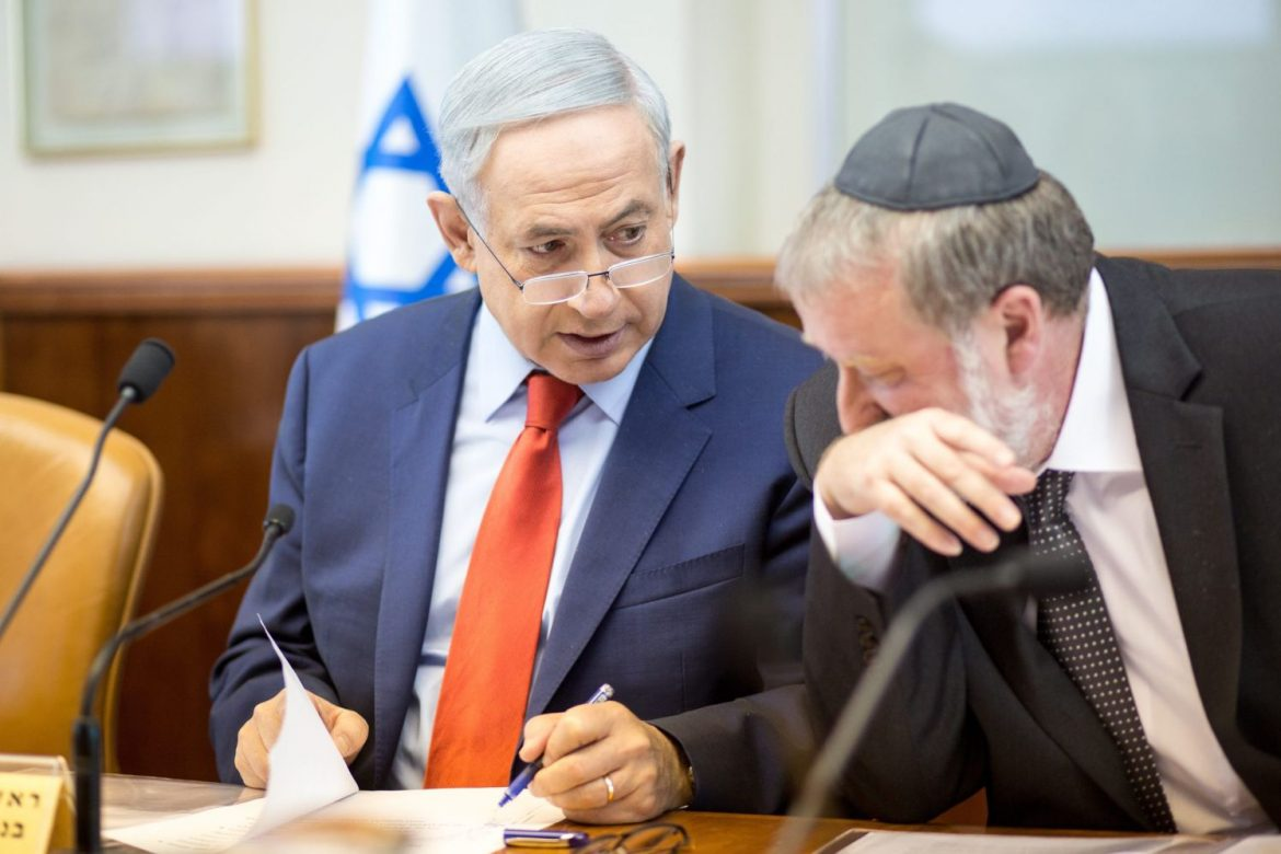 Prime Minister Benjamin Netanyahu speaks with Attorney General Avichai Mendelblit during the weekly cabinet meeting, Jerusalem, 2015.