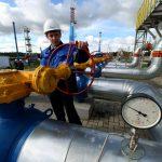 Сотрудник Газпрома работает на газопроводе, изымают документы, Газпром, коррупция, Дагестан
