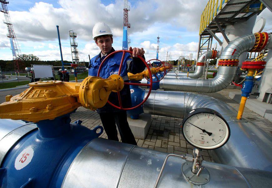 Сотрудник Газпрома работает на газопроводе