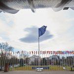 Флаг перед зданием штаб-квартиры Совета Европы в Страсбурге. Коррупция