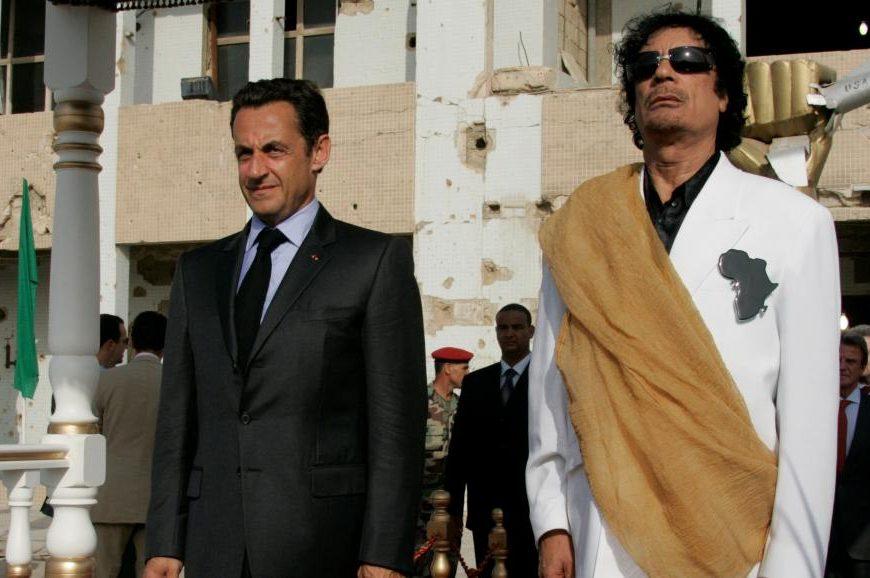 Муаммар Каддафи и Николя Саркози в Триполи в 2007 году. Коррупция