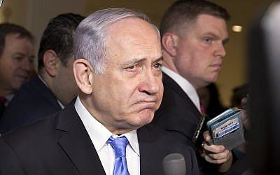 Премьер-министр Израиля Биньямин Нетаньяху раздумывает прежде, чем ответить на вопрос журналистов