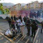 Полицейские осматривают место убийства. Рынка частной охраны